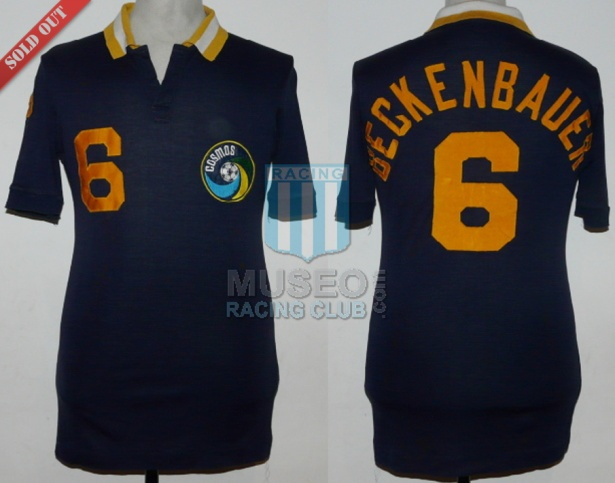 MATCH WORN!!! Espectacular y hermosa camiseta alternativa azul marca Ellesse del New York Cosmos usada por el astro alemán Franz Anton Beckenbauer en el partido amistoso disputado vs River Plate (1-1) jugado el 30-07-1980 en el Giants Stadium de East Rutherford, New Jersey, USA!!. Números 6 cosidos a la camiseta (en el frente, espalda y manga derecha). Escudo del Cosmos bordado. Apellido Beckenbaurer bordado en la espalda con hilo amarillo. Etiqueta Ellesse. Made in Italy!. La camiseta fue intercambiada por Franz Beckenbauer con un jugador de River Plate a la finalización del match!!!!