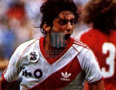 RiverPlate_1986-87_Home_Adidas_FateO_MC_9_EnzoFrancescoli_jugador_01