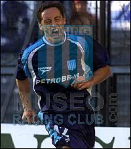 Racing_2003_Away_Topper_Petrobras_MC_12_Rueda_jugador_01